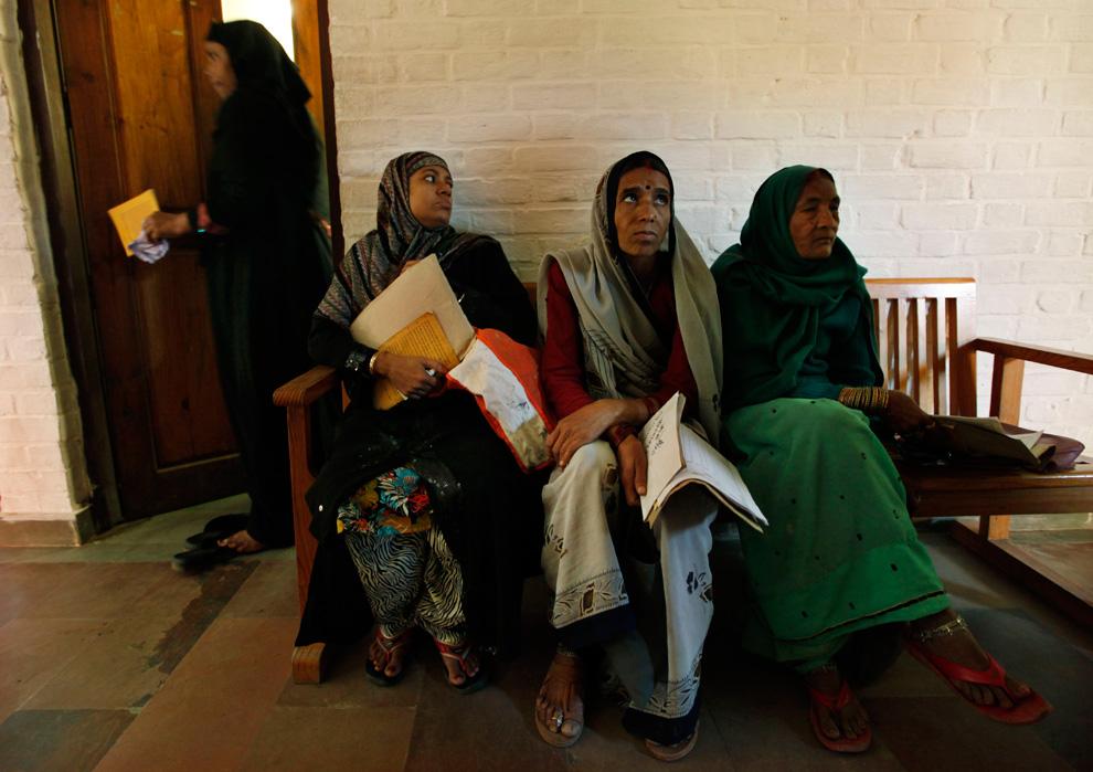 22. Женщины, жалующиеся на недомогания, имеющие отношение к катастрофе в Бхопале в результате утечки газа, ждут в очереди на прием к врачу в клинике негосударственной организации в Бхопале , Индия, 20 ноября 2009 года. (AP Photo/Saurabh Das)