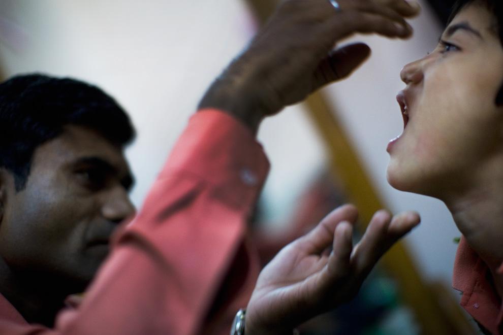 23. Разик произносит слова во время упражнения с логопедом Прем Пателем в реабилитационной клинике «Chingari Trust» 27 ноября 2009 года в Бхопале, Индия. (Daniel Berehulak/Getty Images)