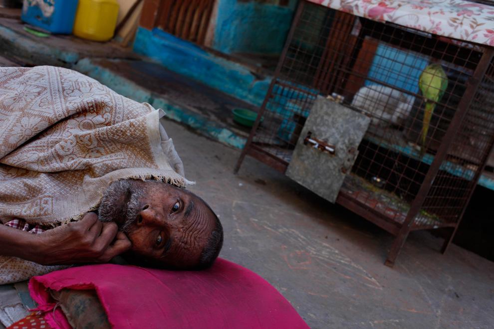 24.  Hira Lal, yang telah kehilangan kemampuan untuk bergerak dan mendengar mereka terletak di tempat tidur darurat di gubuknya di Bhopal, India, 7 April 2009.  (AP Photo / Saurabh Das)
