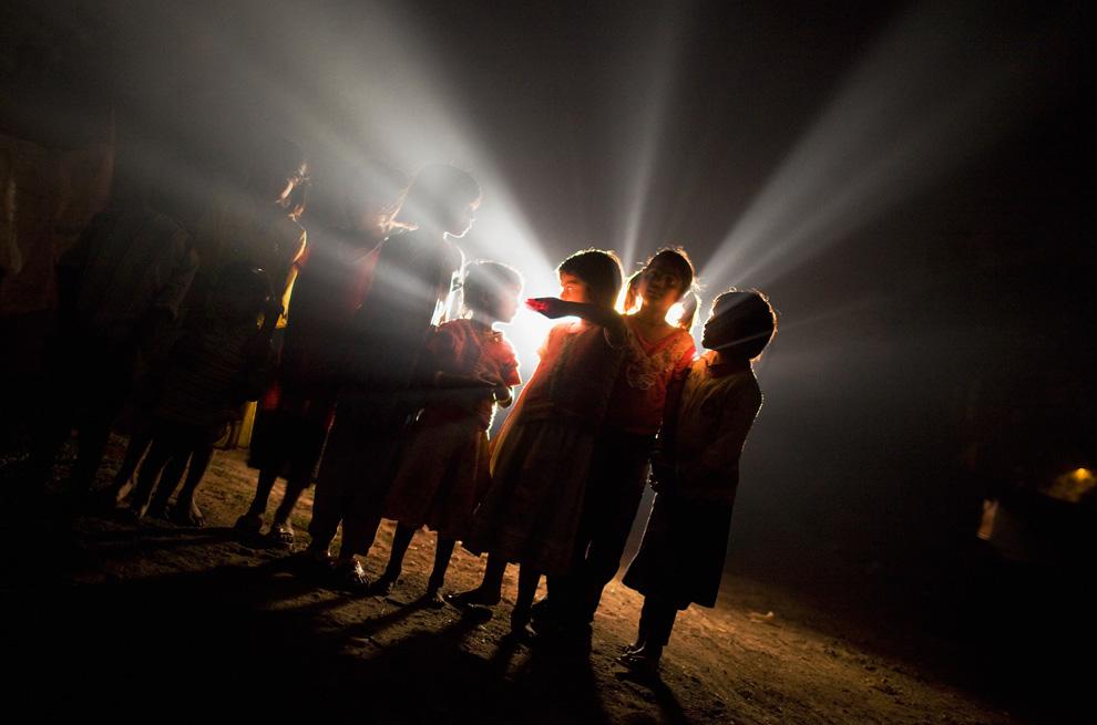 25.  Anak-anak bermain di rumah mereka dekat pabrik «Union Carbide» November 27, 2009 di Bhopal, India.  (Daniel Berehulak / Getty Images)