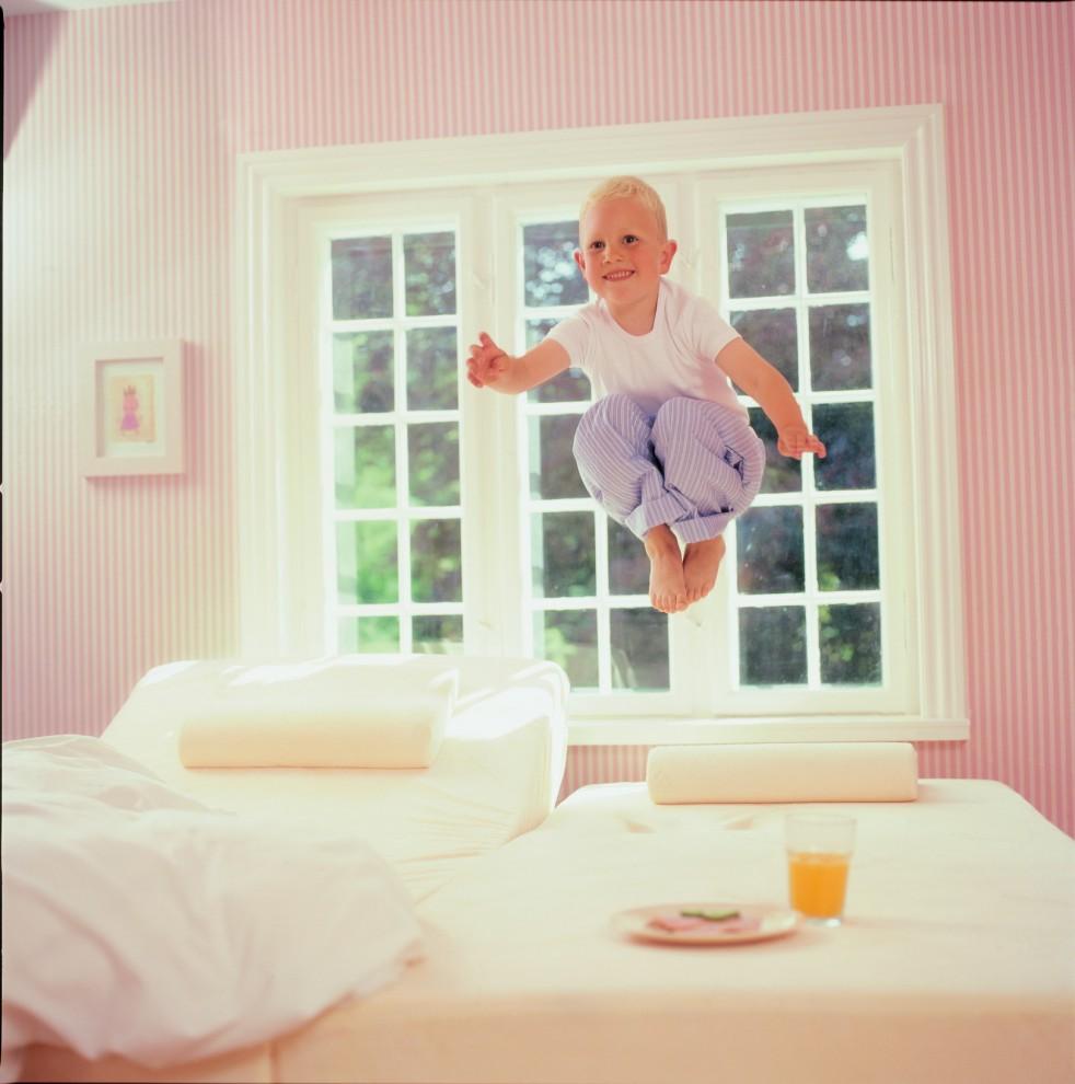 """5) Завтрак в безопасности! Это не фокус - можно сколько угодно прыгать на матрасе, а стакан с апельсиновым соком не перевернется. Матрас Tempur из материала с памятью формы поглотит энергию прыжка и предметы, лежащие на нем, останутся неподвижными. Подобный трюк проделывает на таком матрасе актер Джим Кэри в фильме """"Всегда говори """"Да!"""""""