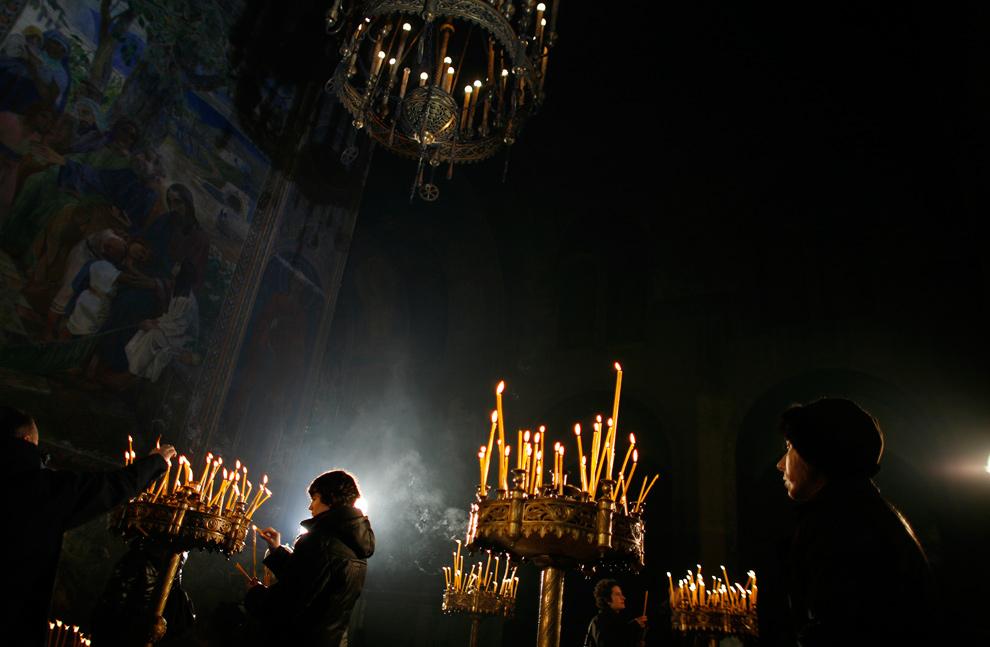 2. Люди зажигают свечи накануне Рождества в соборе Александра Невского в Софии 24 декабря 2009 года. В отличие от других православных стран Болгария отмечает Рождество 25 декабря. (REUTERS/Stoyan Nenov)