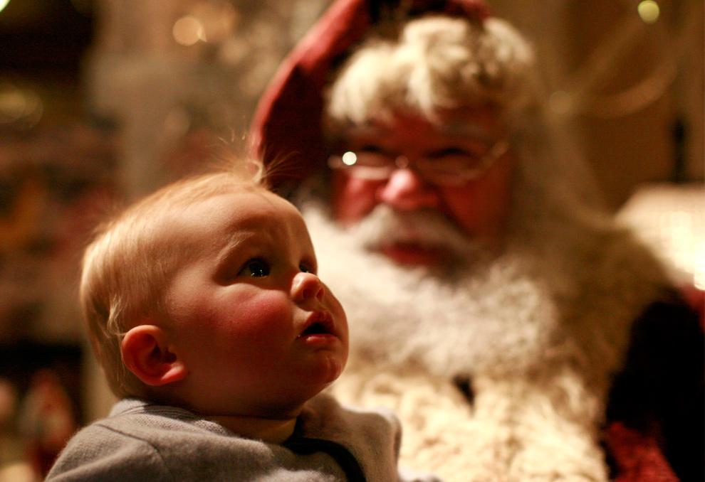3. 9-месячный Генри Адамуччи впервые увидел Санта Клауса в воскресенье 19 декабря 2009 года в Нью-Йорке. (AP Photo/Mike Adamucci)