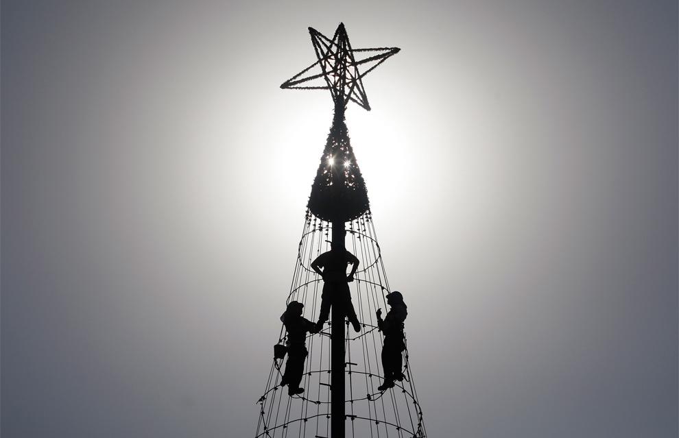 4. Рабочие устанавливают елку в центре Сантьяго, Чили, 4 декабря 2009 года. (REUTERS/Ivan Alvarado)