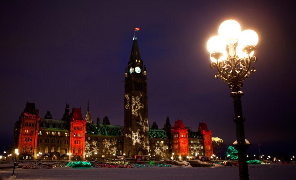 5. Парламентский холм усеян снежинками и праздничными огнями в преддверии Рождества в Оттаве, Онтарио, 15 декабря 2009 года. (AP Photo/The Canadian Press, Sean Kilpatrick)