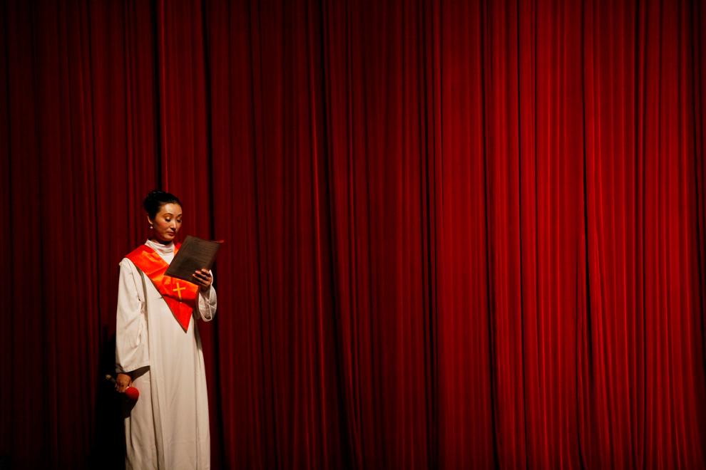 6. Хористка из протестантской христианской церкви Нанкин читает слова гимна во время Рождественского служения в Нанкине, провинция Цзянсу, Китай, 19 декабря 2009 года. (REUTERS/Aly Song)