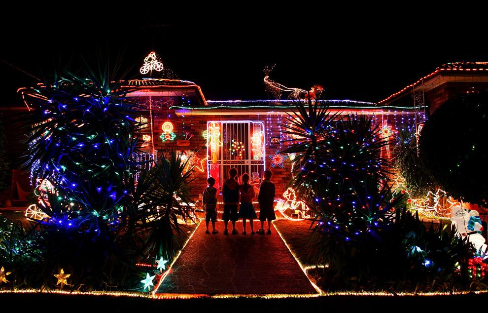 16. Дома в пригороде Сиднея украшены рождественскими гирляндами и огнями в Матравилле 21 декабря 2009 года. (Lisa Maree Williams/Getty Images)