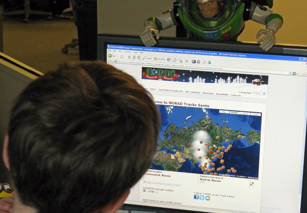 18. Мальчик смотрит веб-сайт (www.noradsanta.org), чтобы отследить местонахождение Санта Клауса 24 декабря 2009 года в Вашингтоне, округ Колумбия.  Командование воздушно-космической обороны Североамериканского континента, следящее за воздушным пространством Северной Америки, установило в четверг официальный «отслеживатель Санты» на своем веб-сайте на семи языках, чтобы знать местонахождение Санта Клауса и его оленей. (KAREN BLEIER/AFP/Getty Images)