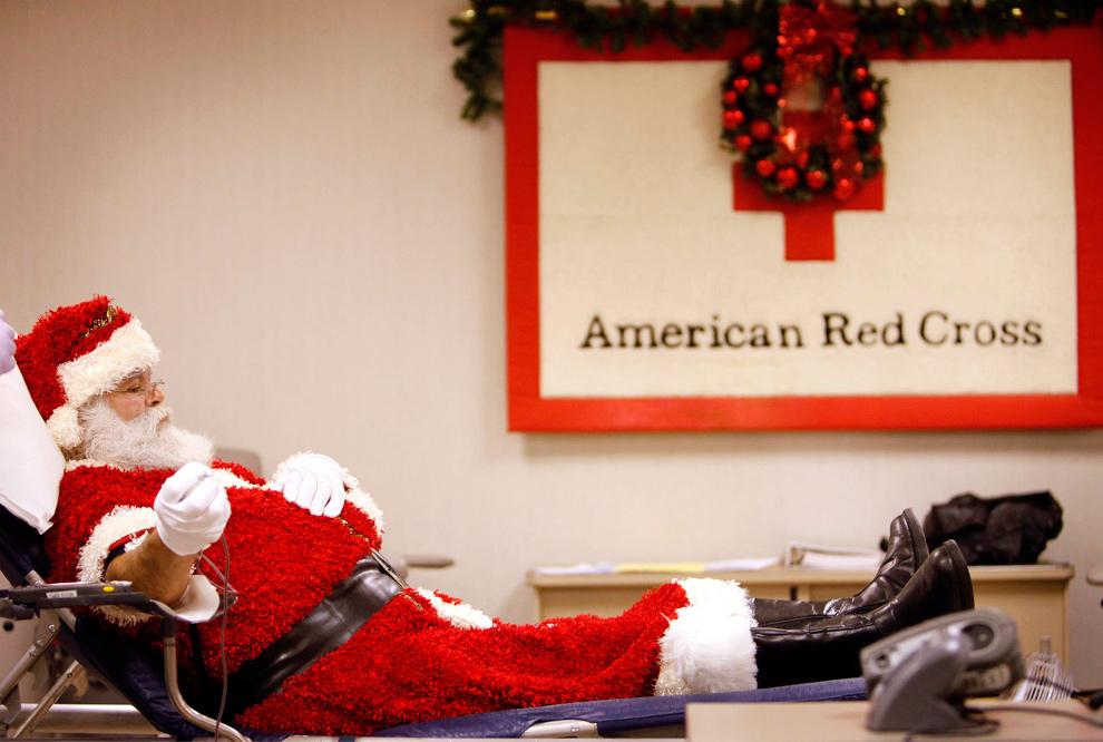 20. Мужчина в костюме Санта Клауса жертвует своей кровью в центре Американского красного креста 22 декабря 2009 года в Тулсе, штат Оклахома. (AP Photo/Tulsa World, Mike Simons)