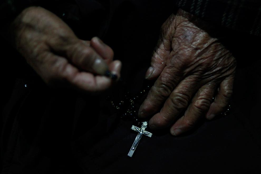 21. Католик из церкви Чжуцзяцзяо молится во время мессы накануне Рождества на окраине Шанхая, Китай, 24 декабря 2009 года. (REUTERS/Aly Song)