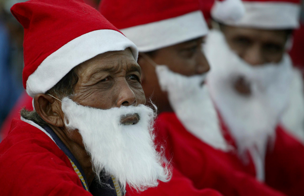 28. Индонезийские Санта Клаусы собрались на празднование Рождества в Сурабае, Западная Ява, 24 декабря 2009 года. (AP Photo/Trisnadi)