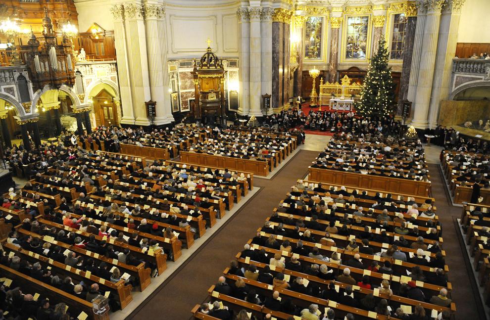 29. Верующие пришли на службу накануне Рождества в Берлинский собор 24 декабря 2009 года. (MICHAEL GOTTSCHALK/AFP/Getty Images)