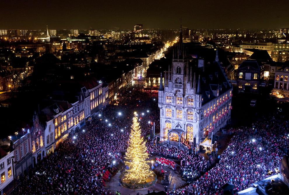 32. Центр голландского города Гауда освещен многочисленными гирляндами и огнями во время 54-ого события «Candlenight» 15 декабря 2009 года. Каждый год « Kaarsjesavond» (ночь свечей) празднуется во второй вторник декабря на рынке Гауды вокруг здания городского муниципалитета. (VALERIE KUYPERS/AFP/Getty Images)