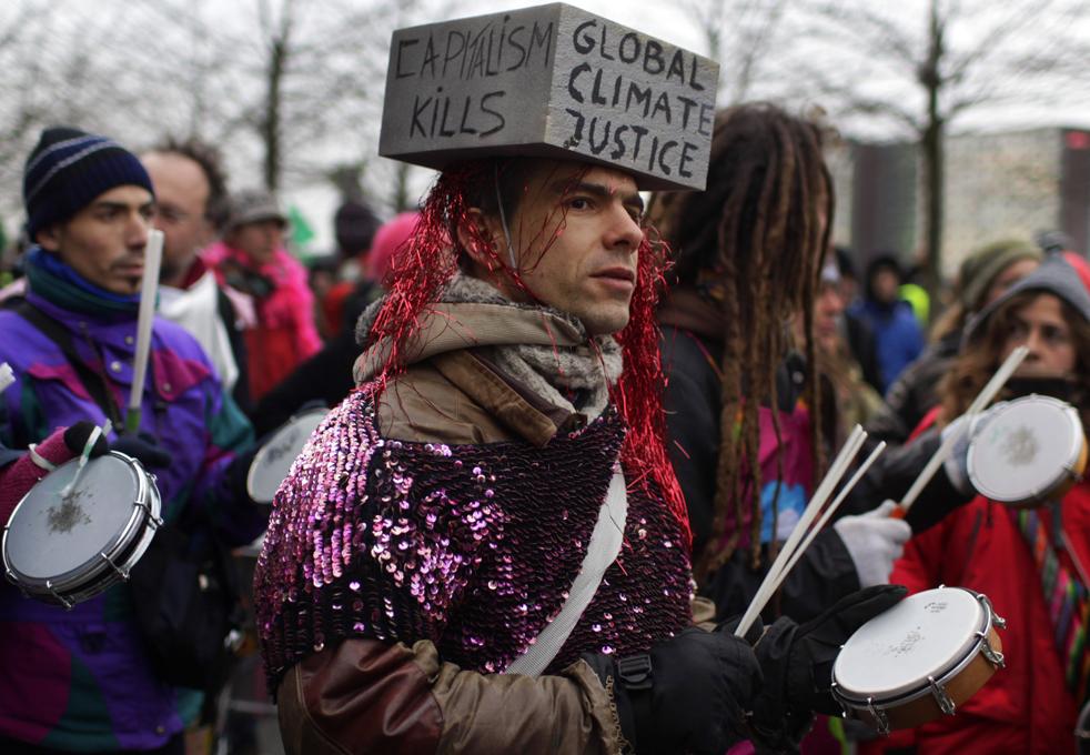 14. Активист присоединяется к демонстрантам, протестующим против изменения климата, в центре Копенгагена во вторник 15 декабря. (AP/Anja Niedringhaus)