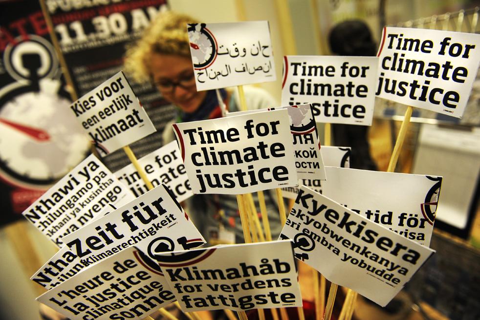 17. Небольшие плакаты на разных языках стоят на столе делегатов Климафорума в Копенгагене 8 декабря. Климафорум – отдельное событие, позволяющее обычным людям оглашать свои мнения и спорить по поводу главных вопросов, обсуждаемых на климатическом саммите в Копенгагене. (AFP/Getty Images/Adrian Dennis)