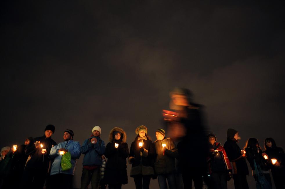19. Болгарские активисты держат свечи во время минуты молчания в Софии 12 декабря. (AFP/Getty Images/Dimitar Dilkoff)