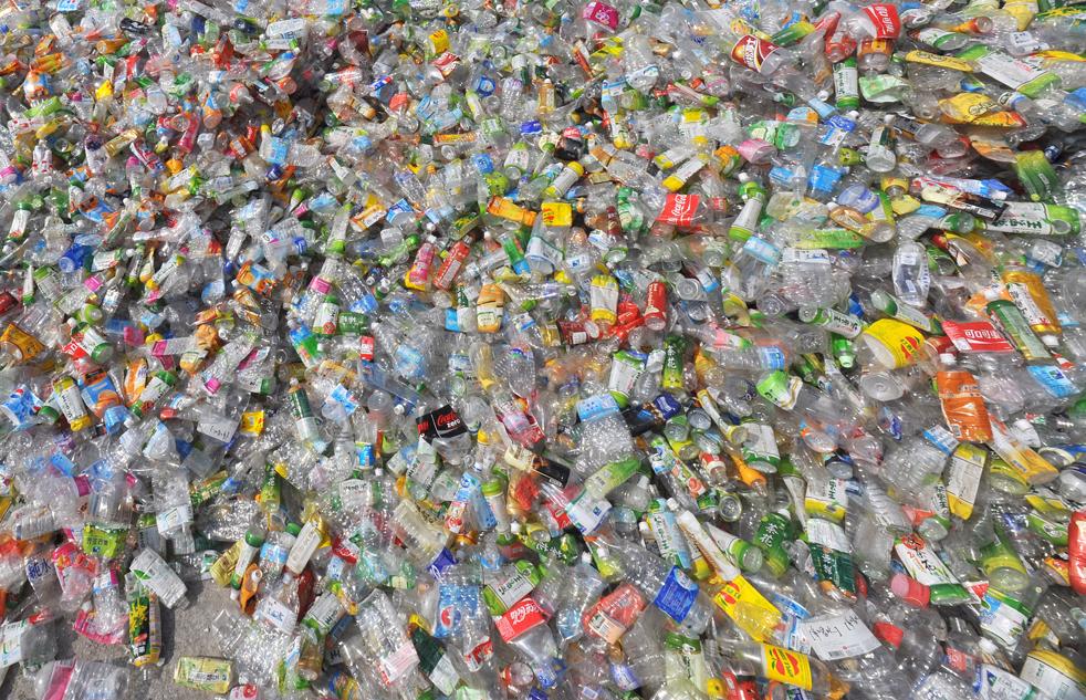 21. Гора полиэтилена и пластиковых бутылок, собранных пунктом приема стеклотары Цу Чи в Тайбэе 10 декабря, когда страны продолжают переговоры по вопросам изменения климата в Копенгагене. (AFP/Getty Images/Sam Yeh)