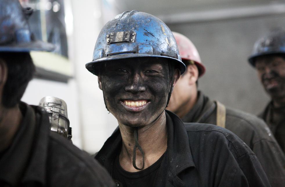 22. Китайские шахтеры готовятся к началу работы на угольной шахте в Сиане, северная провинция Китая Шэньси, 7 декабря. (AFP/Getty Images)