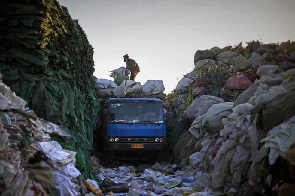 23. Китаец на грузовике с переработанным пластиком в Пекине во вторник 15 декабря. (AP/Elizabeth Dalziel)