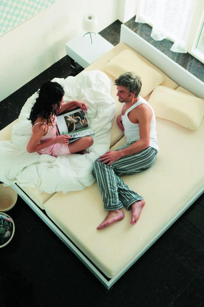 6) Let's Stay In Bed - давай останемся в кровати! Пара в спальне, оборудованной кроватью Scandinavian Bed Collection фирмы Tempur. Замечательные подушки и матрасы из материала с памятью формы плюс скандинавский дизайн кровати.
