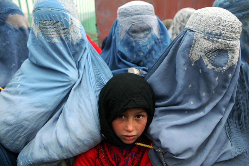 20. Обездоленные афганцы ожидают помощи от Управления ООН по делам беженцев 1 декабря в Кабуле. (Getty Images / Majid Saeedi)