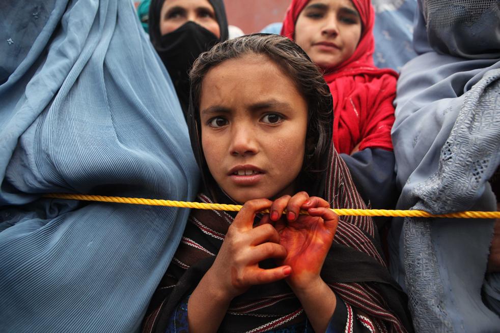 3. Людям начали раздавать одеяла, свитера, листы пластмассы, канистры с горючим и мешки с углем. (Getty Images / Majid Saeedi)