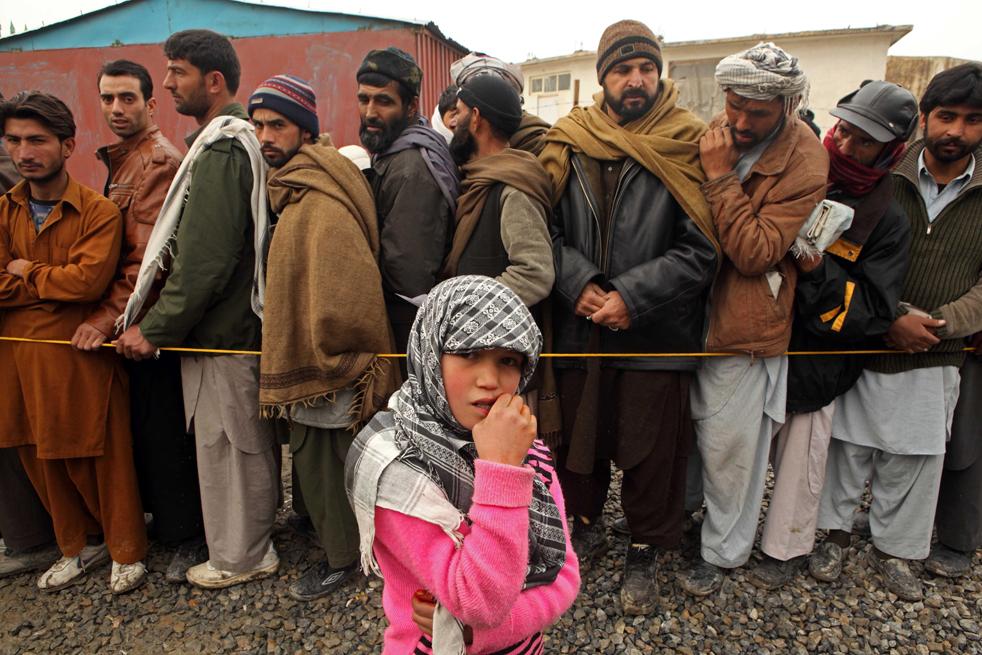 7. Более 177 000 одеял, 60 000 листов пластмассы, 60 000 канистр с горючим и 620 000 одежды, включая шали, свитера, обувь и носки, были куплены и разосланы в региональные офисы Управления ООН по делам беженцев для дальнейшего распространения в Афганистане. (Getty Images / Majid Saeedi)