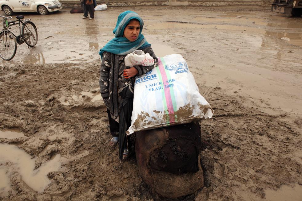 9. Обездоленные афганцы ожидают помощи от Управления ООН по делам беженцев 1 декабря в Кабуле. (Getty Images / Majid Saeedi)