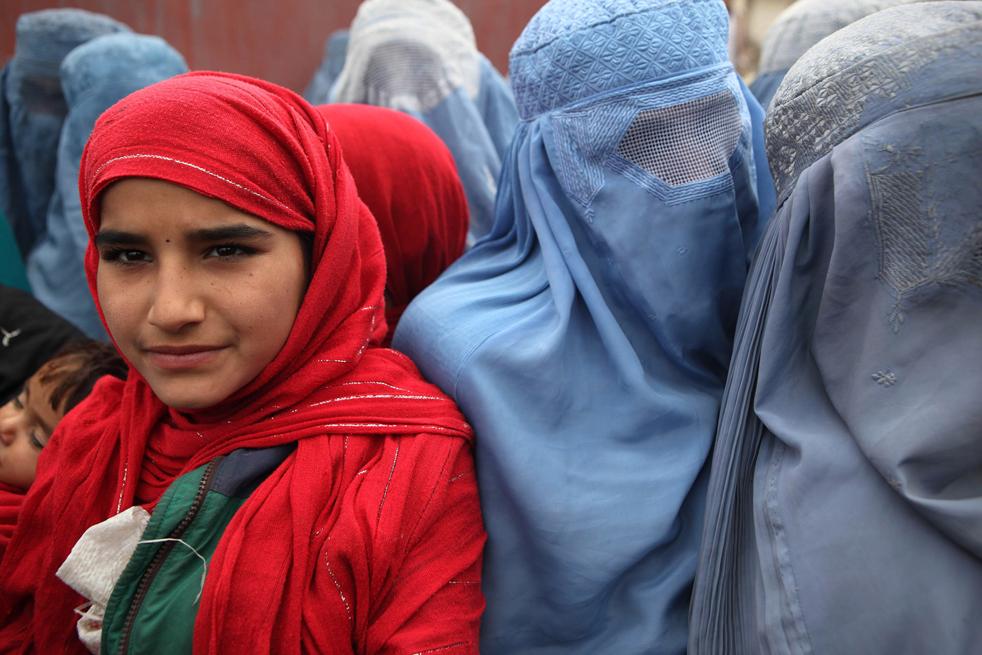 15. Лишенные из-за военных действий дома афганцы ждут помощи от ООН 1 декабря в Кабуле. (Getty Images / Majid Saeedi)