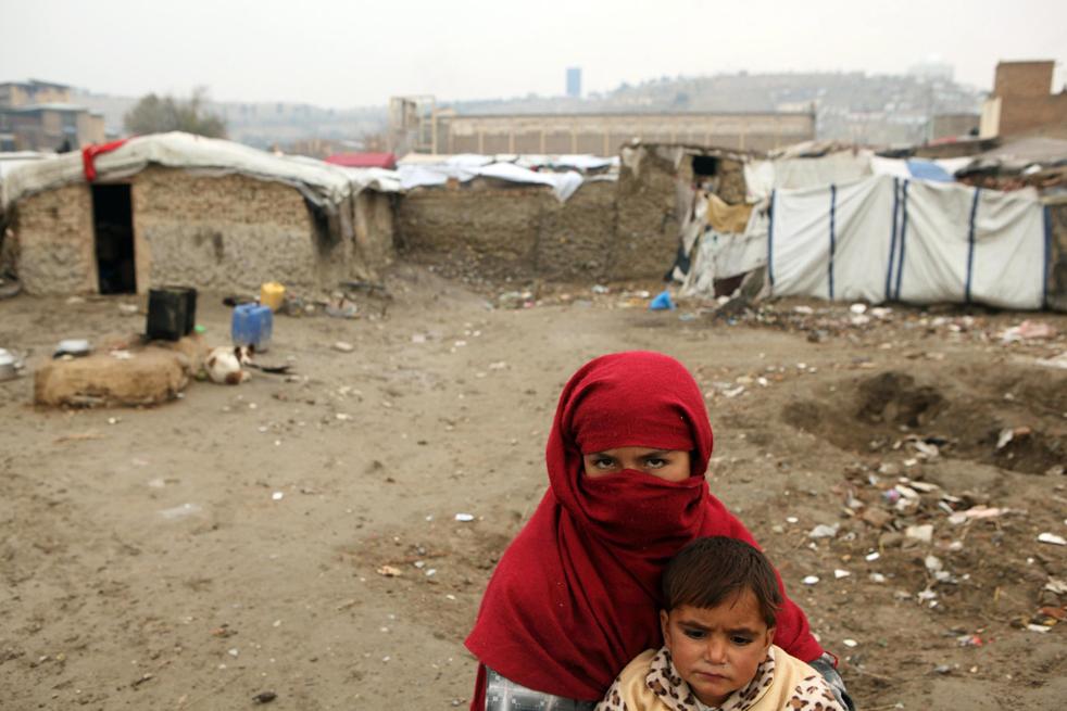16. Обездоленные афганцы ожидают помощи от Управления ООН по делам беженцев 1 декабря в Кабуле. (Getty Images / Majid Saeedi)