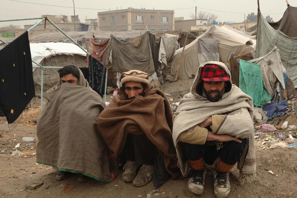 18. Афганские беженцы ожидают получения помощи от Управления ООН по делам беженцев 1 декабря в Кабуле. (Getty Images / Majid Saeedi)