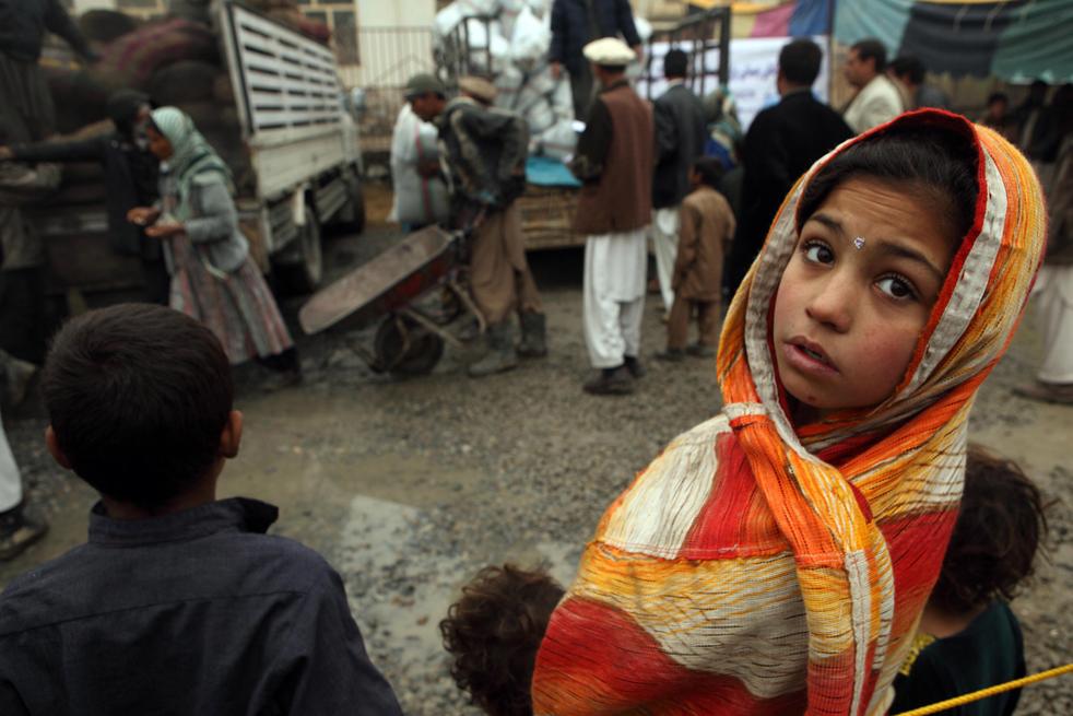 19. Маленькая афганка стоит в очереди среди других афганских беженцев 1 декабря в Кабуле. (Getty Images / Majid Saeedi)