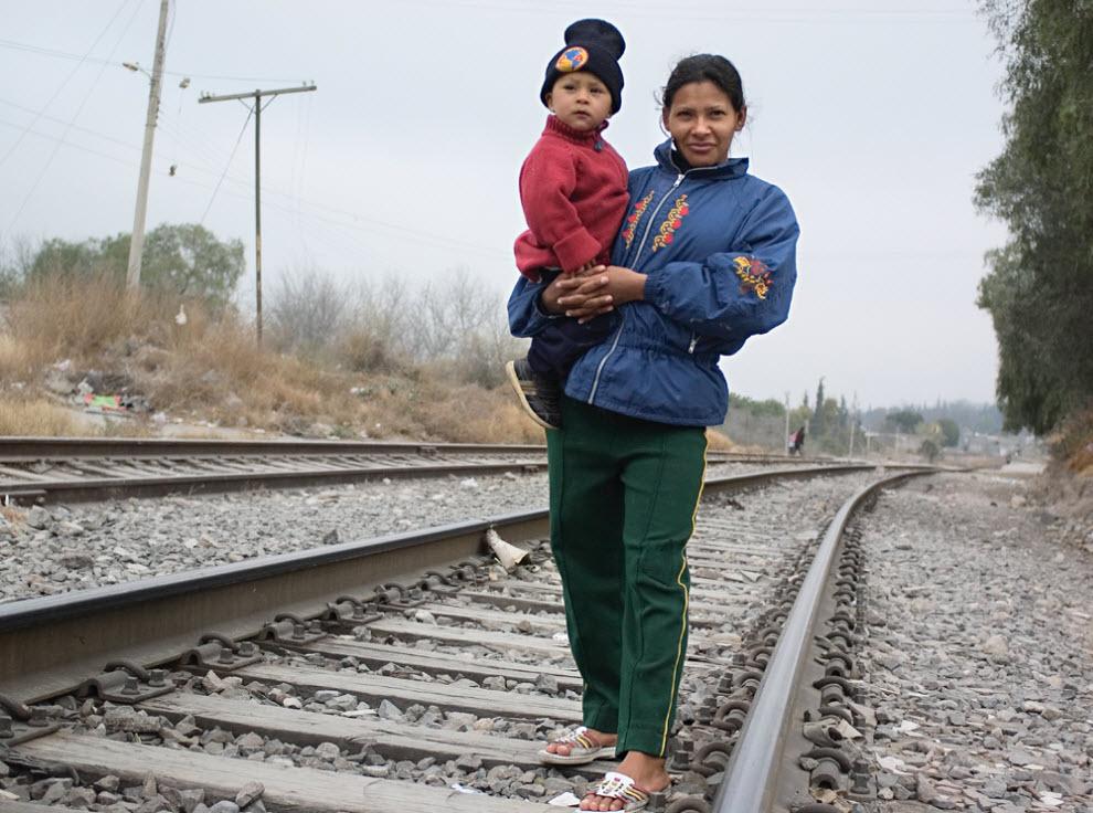 1. Тереза из Гондураса и ее сын Гектор ждут поезд у города Салтилло, Мексика, в январе 2009 года. Этот поезд должен отвезти их к границе США-Мексика. (Diana Castillo and Dariela Diaz)