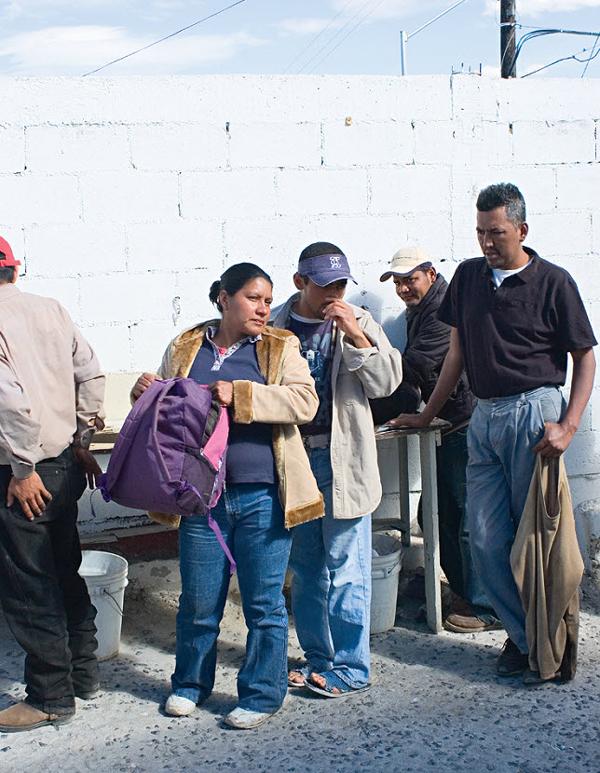 2. Йоланда из Гондураса проходит контрольный пункт безопасности в Белен Каса дель Мигранте в Салтилло, Мексика, в январе 2009. (Diana Castillo and Dariela Diaz)