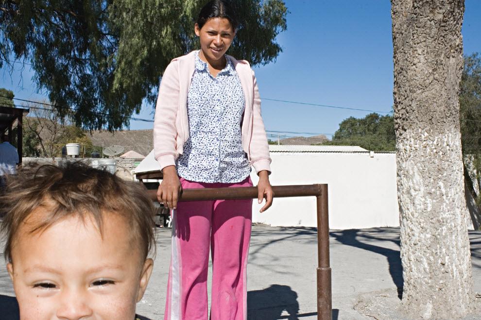 4. Тереза из Гондураса и ее сын Гектор у пункта Белен Посада дель Мигранте в Салтилло, Мексика, в январе 2009 года. (Diana Castillo and Dariela Diaz)