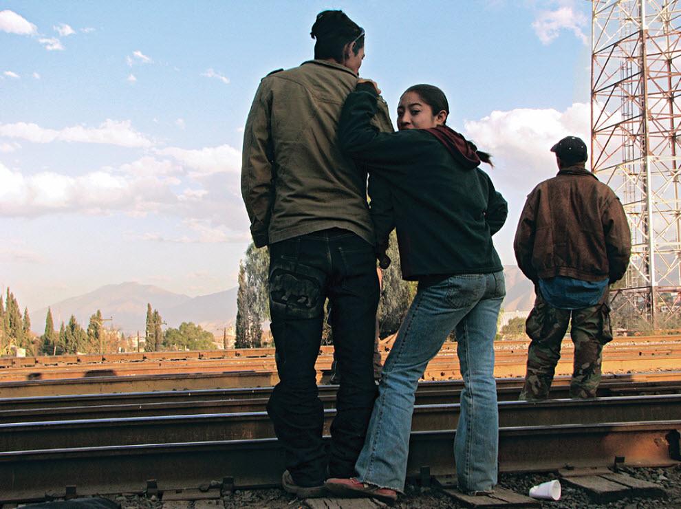 7. Трое гондурасцев ждут поезд на удаленных путях у города Сатилло, Мексика, в январе 2009 года. (Diana Castillo and Dariela Diaz)