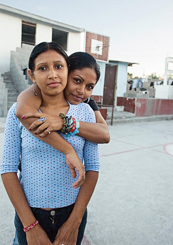 10. Дульче Мария обнимает молодую девушку из Гондураса в пункте для иммигрантов Белен Посада дель Мигранте в Салтилло, Мексика, в октябре 2008 года. (Diana Castillo and Dariela Diaz)