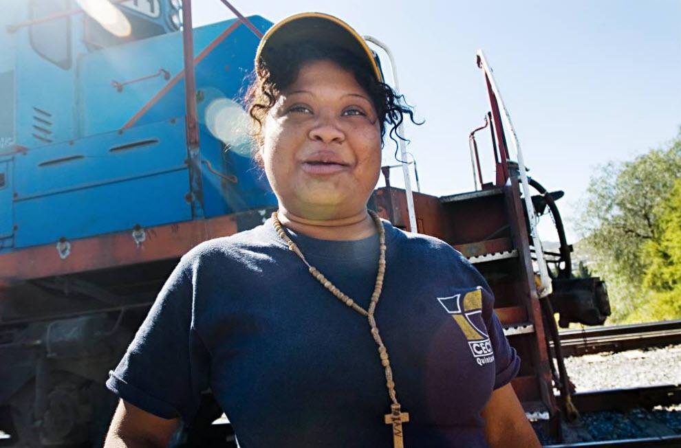 12. Женщина из Гондураса ждет поезд недалеко от Салтилло, Мексика, в ноябре 2008 года. (Diana Castillo and Dariela Diaz)