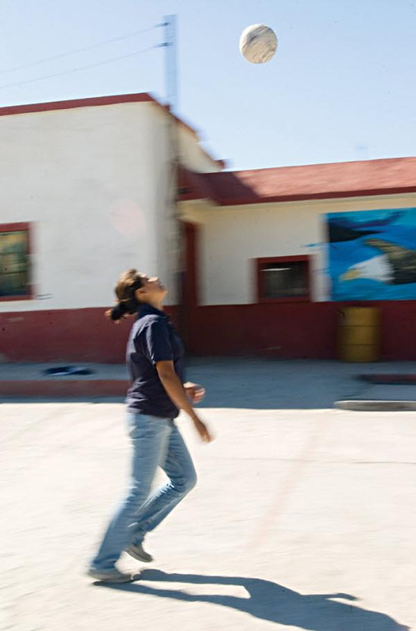 13. Ариана из Гондураса играет в футбол в пункте Белен Посада дель Мигранте в Салтилло, Мексика, в ноябре 2008 года. (Diana Castillo and Dariela Diaz)