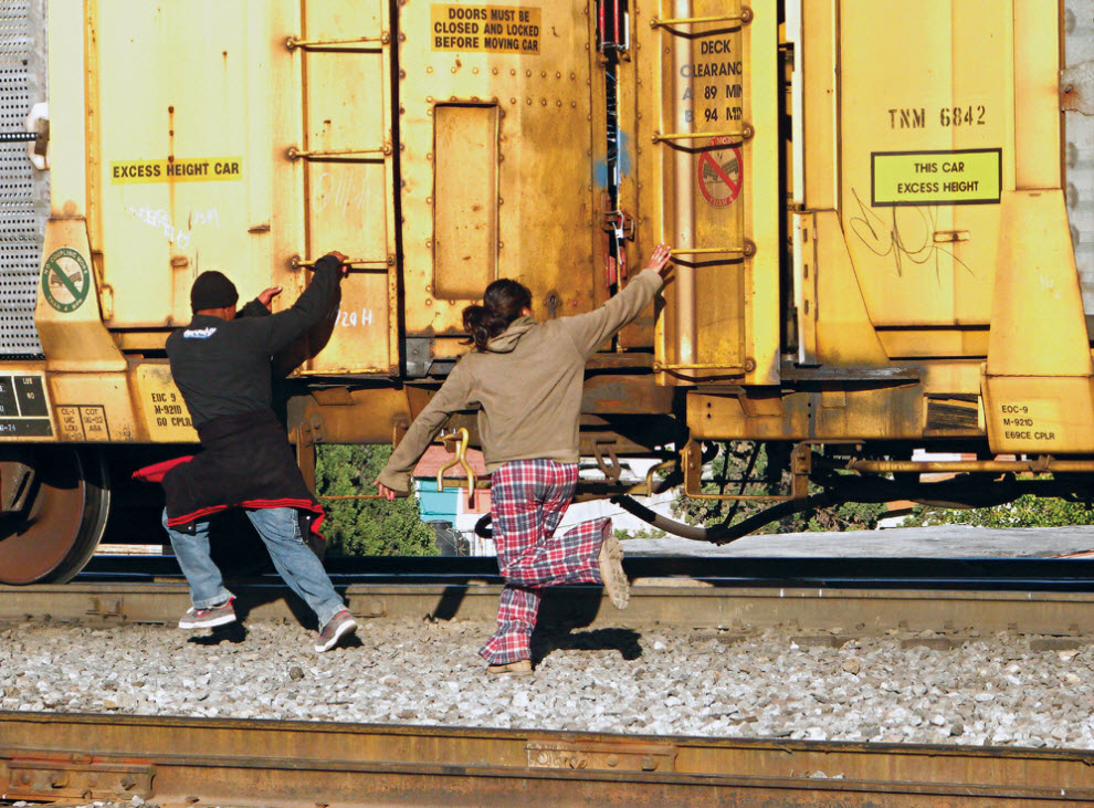 14. Ариана и Хосе Луис из Гондураса пытаются запрыгнуть на поезд, идущий на север, у города Салтилло, Мексика, в ноябре 2008 года. (Diana Castillo and Dariela Diaz)