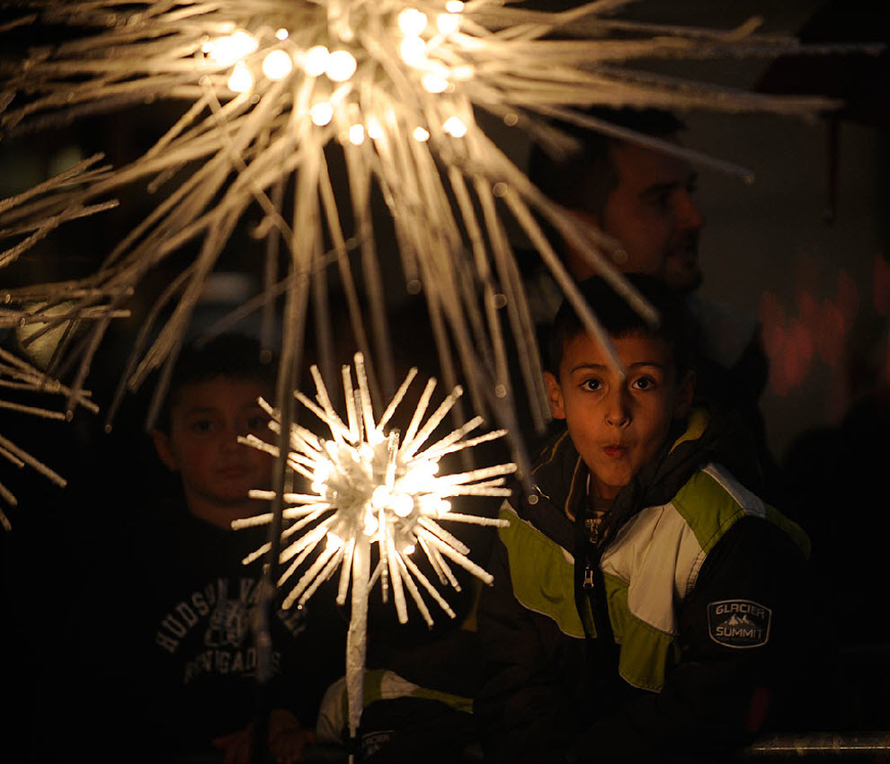 1. Мальчик смотрит на рождественскую елку у Рокфеллер-центра на 77-ой ежегодной церемонии ее открытия 2 декабря в Нью-Йорке. (Stephen Chernin, AP)