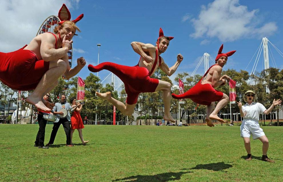 4. Члены труппы известного на весь мир австралийского цирка «Оз» в костюмах кенгуру прыгают на выступлении в парке Тамбалонг в Сиднее 1 декабря. (Greg Wood, AFP / Getty Images)