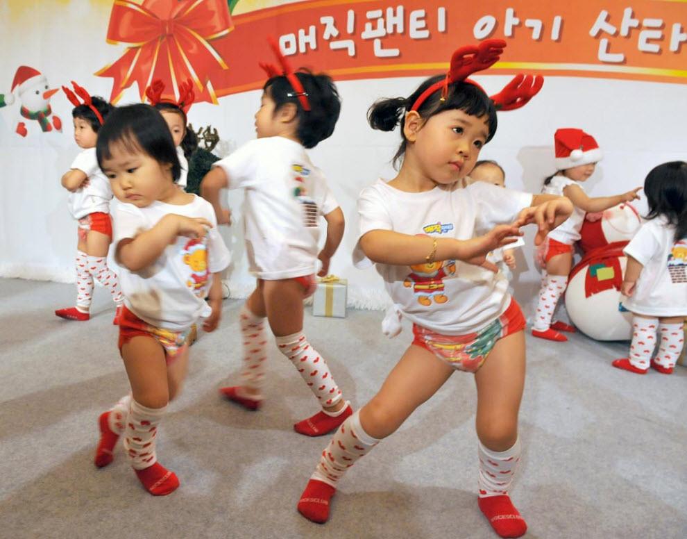 6. Дети из Южной Кореи выступают во время конкурса танцев в Сеуле 30 ноября. (Kim Jae-Hwan, AFP / Getty Images)