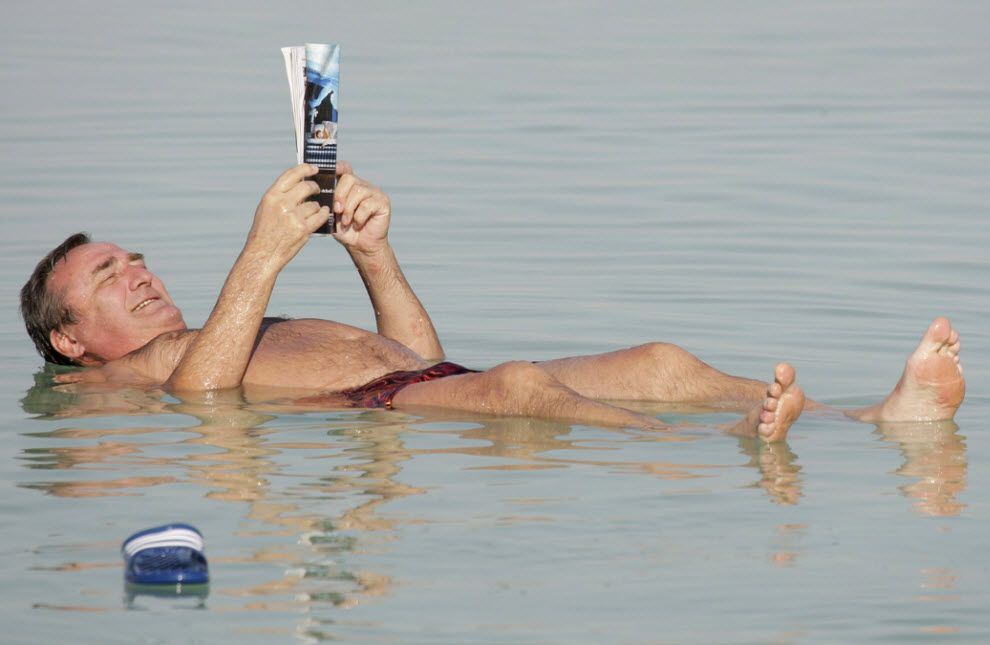 10. Мужчина читает газету на волнах Мертвого моря, Израиль, 28 ноября. (Ariel Schalit, AP)