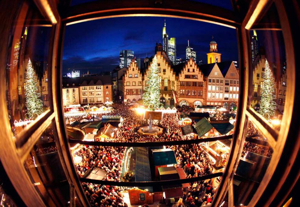 12. Традиционный Рождественский рынок во Франкфурте после открытия 25 ноября. Вид из окна. (Michael Probst, AP)
