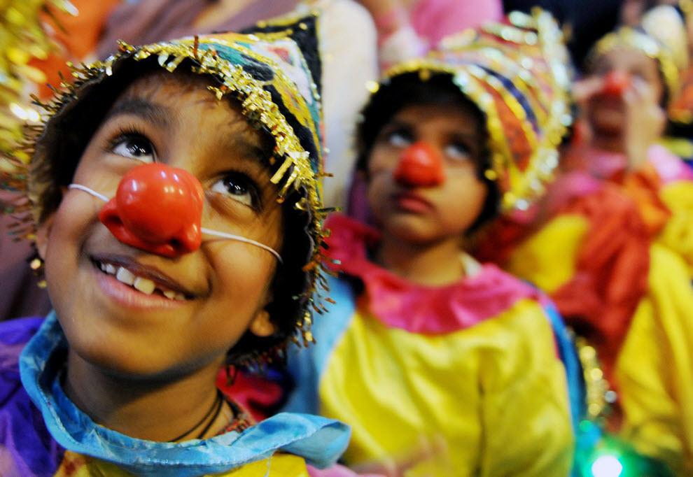 32. Дети в костюмах клоунов готовятся к выступлению на школьной сцене во время Дня детей в Амритсаре, Индия, 14 ноября. (Narinder Nanu, AFP / Getty Images)