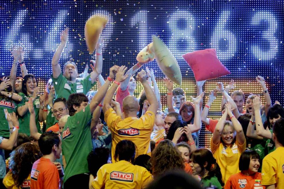 33. Участники 11-ого Дня домино празднуют новый мировой рекорд 13 ноября – в этом году в Леувардене, Нидерланды, упало 4 491 863 домино. (Rick Nederstigt, AFP / Getty Images)