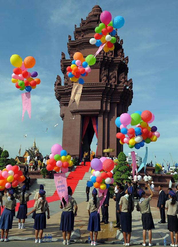 39. Камбоджийские студенты выпускают воздушные шары во время празднования Дня Независимости у памятника в Пхном Пенх, Камбоджи, 9 ноября. Камбоджи празднует свою 56-ую годовщину независимости от Франции. (Tang Chhin Sothy, AFP / Getty Images)