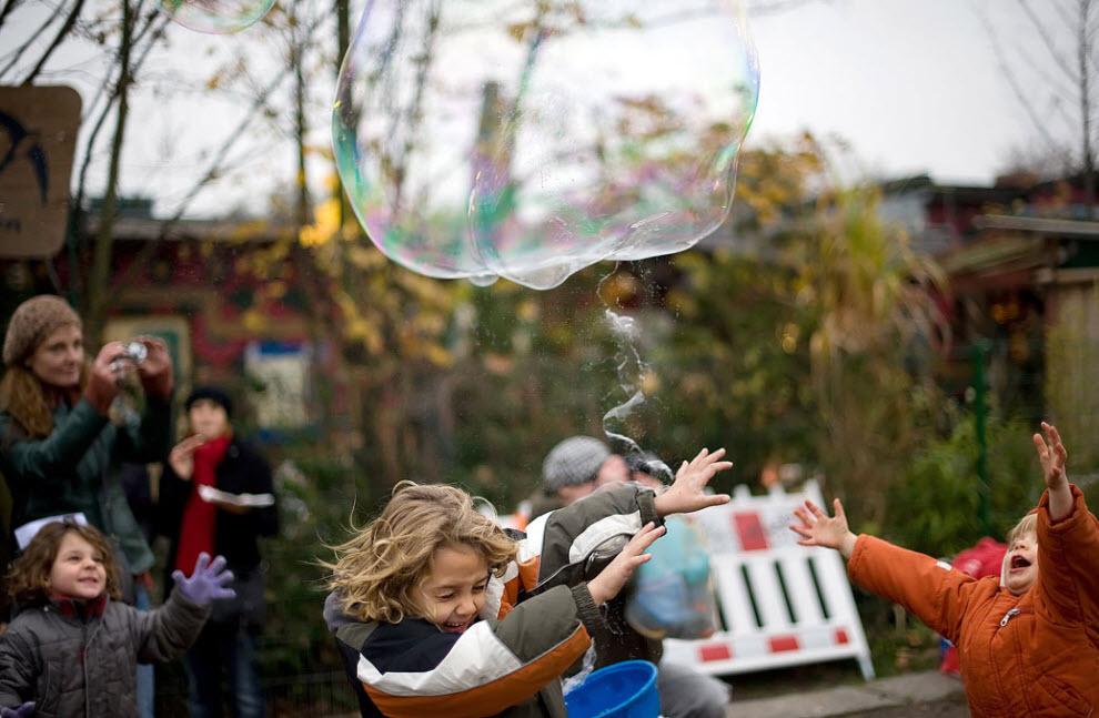 41. Дети играют с мыльными пузырями в парке Мауэр в Берлине 8 ноября во время празднования в Германии 20-ой годовщины сноса Берлинской стены. (Leon Neal, AFP / Getty Images)