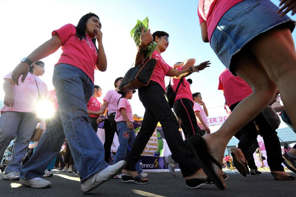 42. Участники парада «Идем как один» в поддержку исследований для борьбы с раком груди в Маниле 8 ноября. (Jay Directo, AFP / Getty Images)